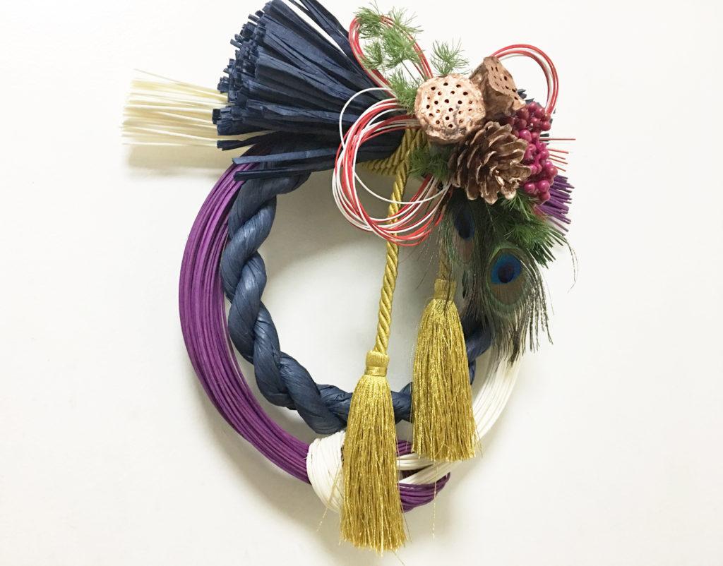 色彩のフィールドワーク:もてなす緑加藤幸枝カラフルなしめ飾り——生地屋さん店の店先にて おしゃれしめ繩