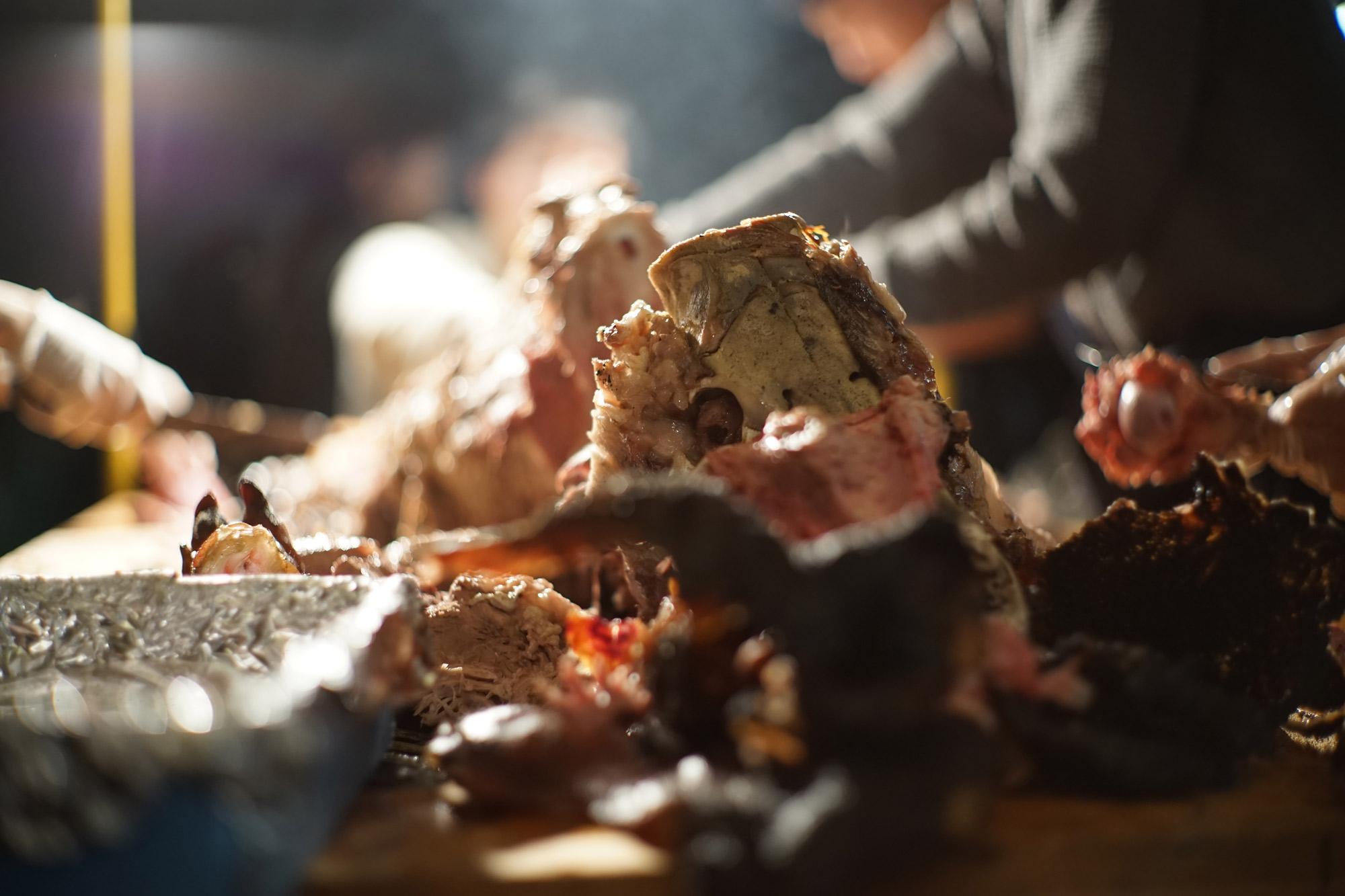 松澤穣暮らしを映すカメラ 豚の丸焼きを食べる
