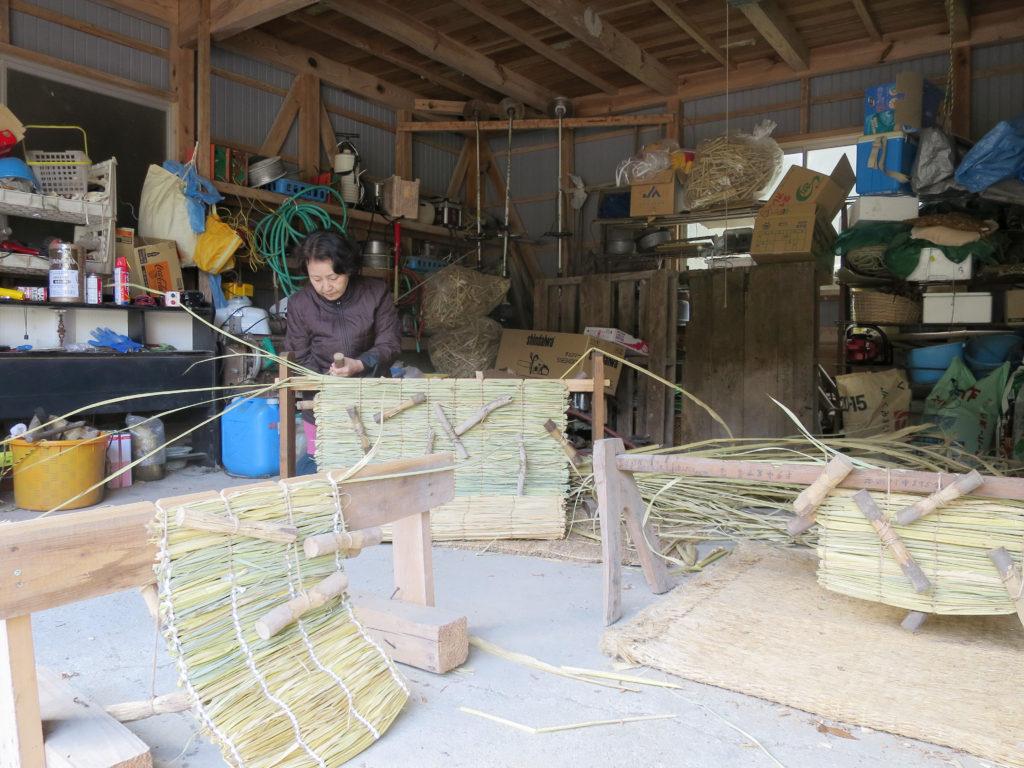納屋の土間。マコモ編み。座布団やござになる。