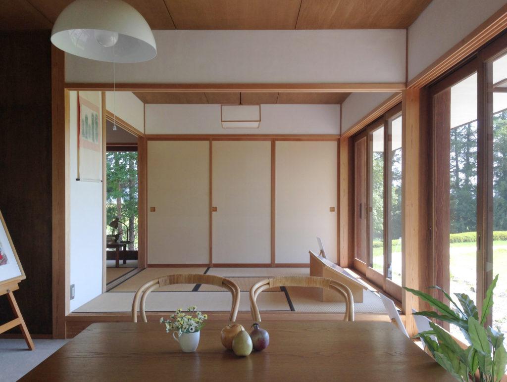 奧村まこと設計:いわさきちひろ安曇野ちひろ公園黒姫山荘のリビング