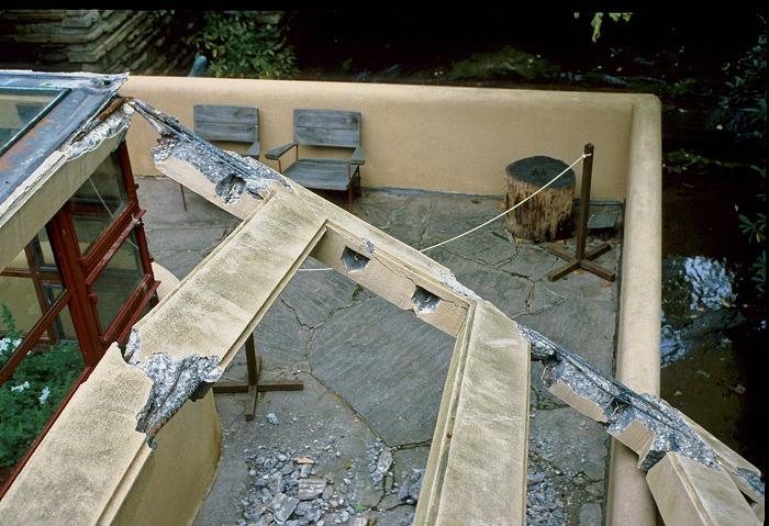 鉄砲水で壊された落水荘の庇