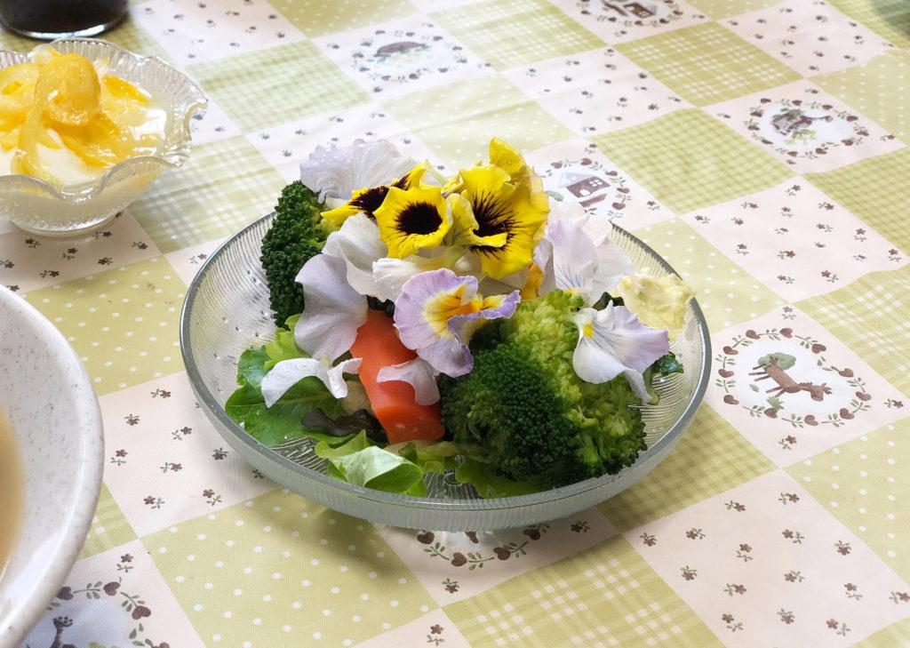 エディブルフラワーのサラダ