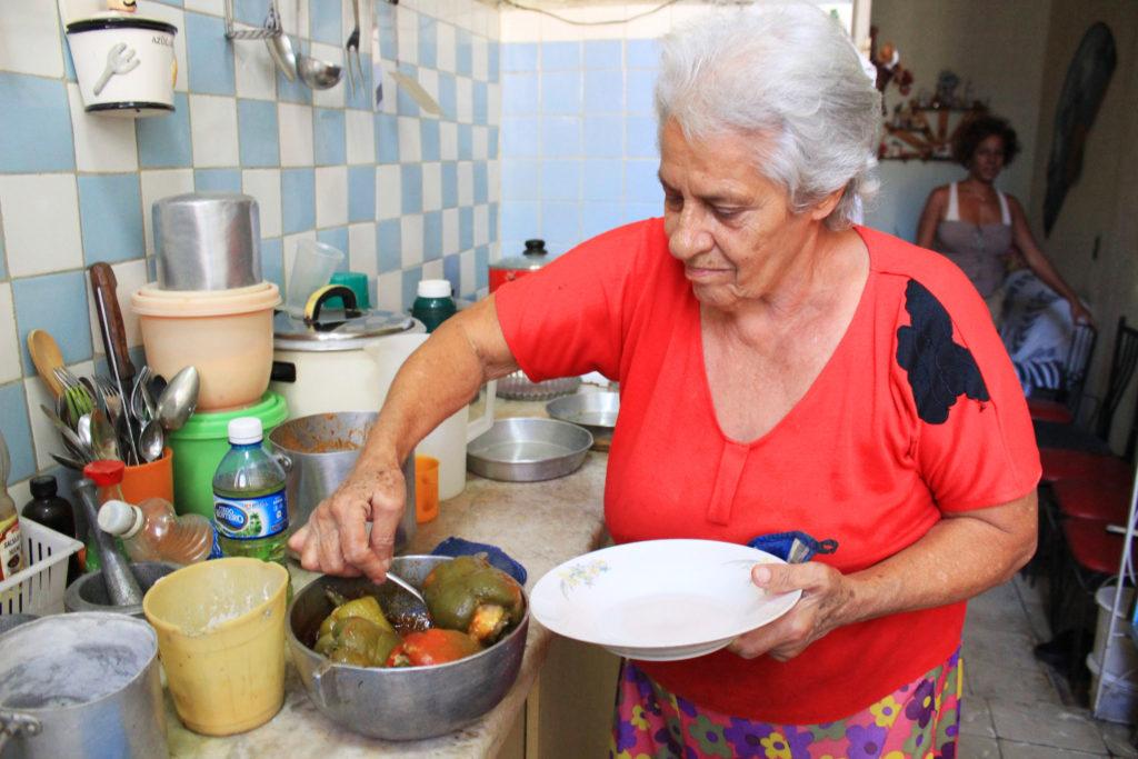 料理をするキューバのアルベルティーナさん。