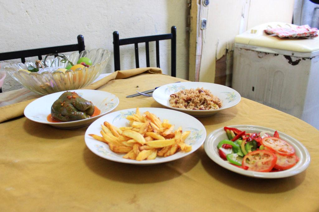 キューバの家庭料理。コングリ(黒豆とご飯を一緒に炊いたご飯) ・フライドポテト ・ピーマンのトマト煮込み ・サラダ