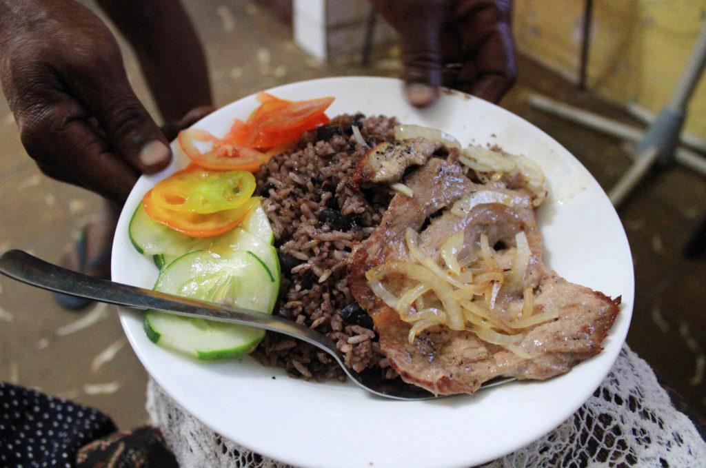 キューバのワンプレート夕食