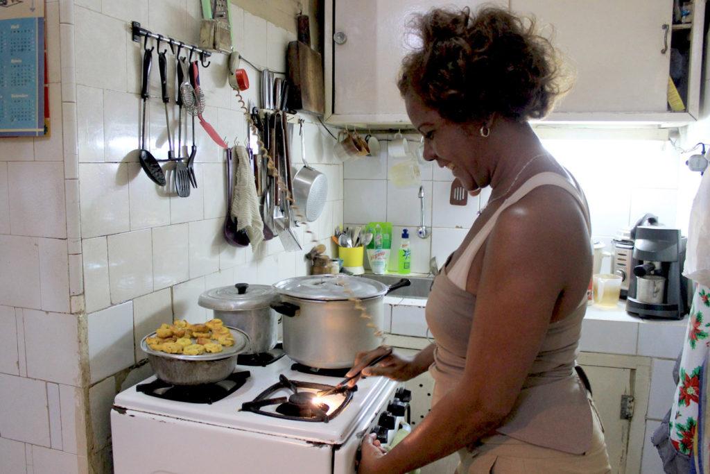 キューバのキッチンに立つ女性