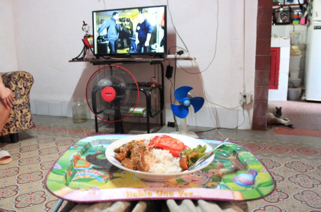 テレビを見ながら一人用食事テーブルで食べる