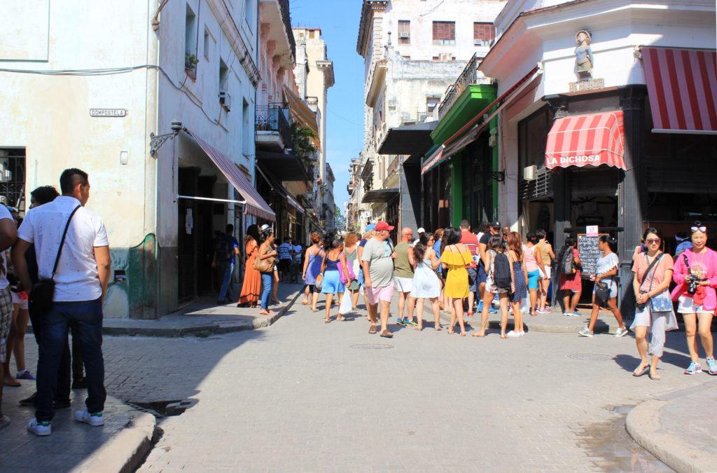 キューバのメイン通り・オビスポストリート