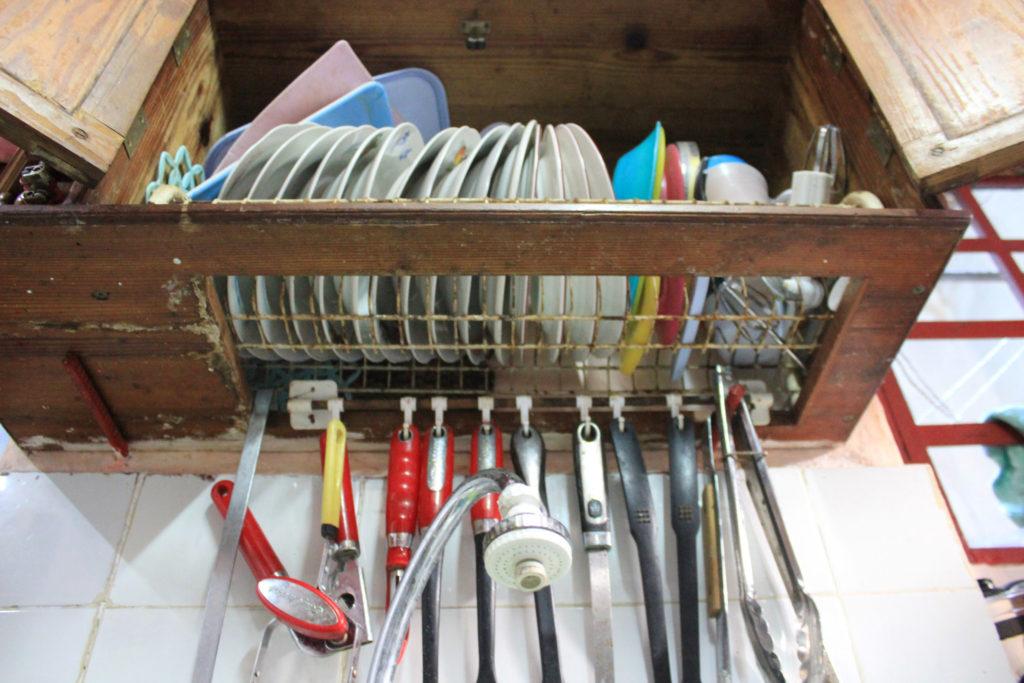 キューバの食器棚と水切り棚の混合棚
