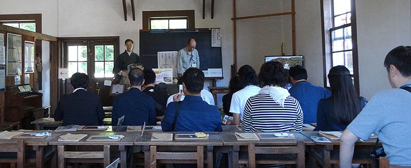 旧見付学校(磐田市)の教室にて