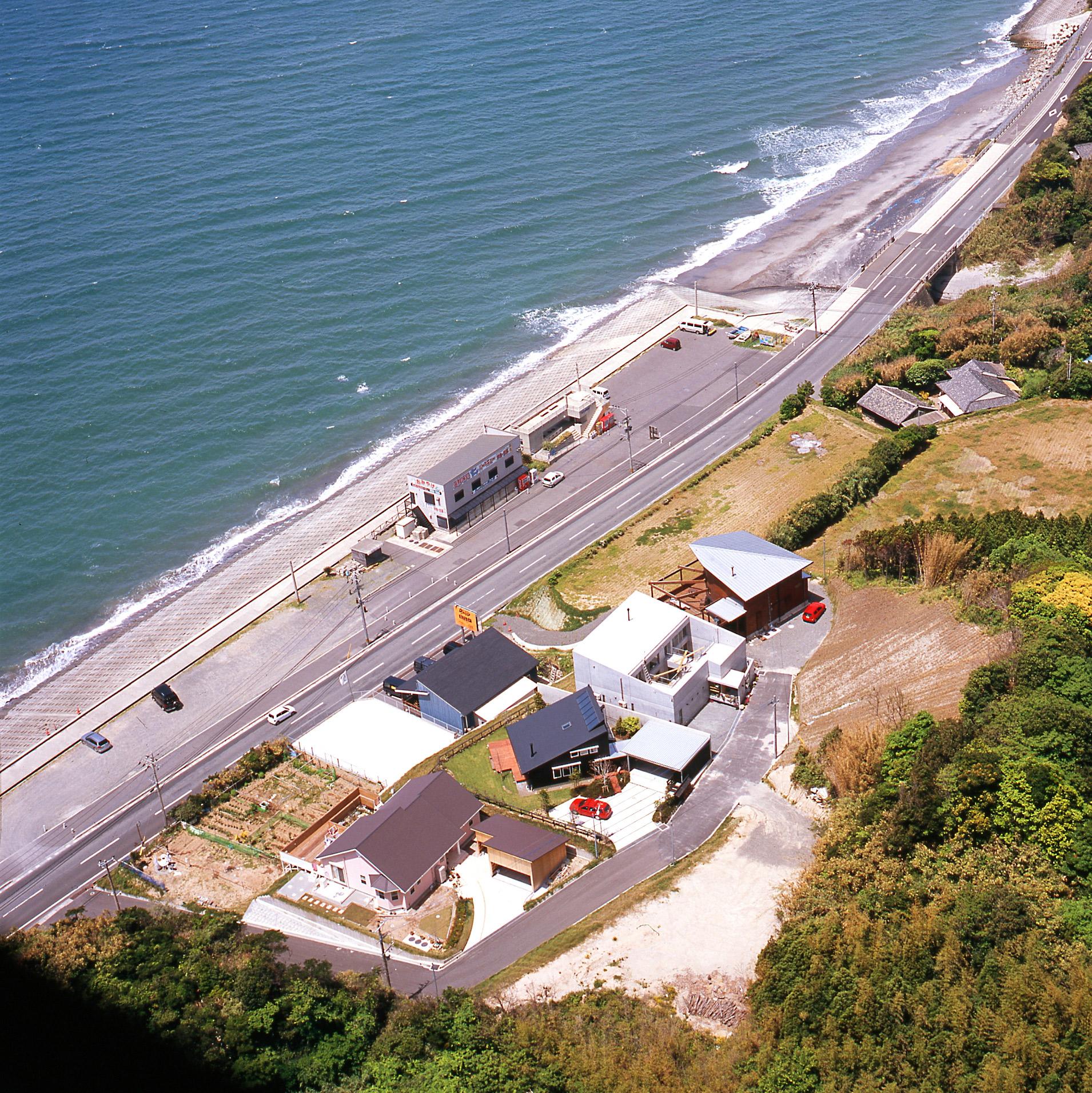 シンケン迫英徳設計の海が目の前に広がる家の空撮