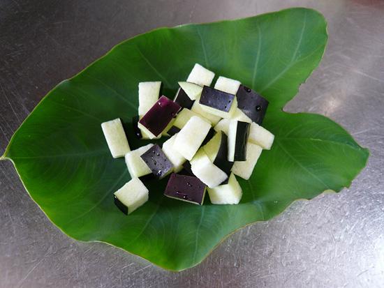 なすを細かい角切りにして、水でさっとあらって、里芋の葉の上に載せます