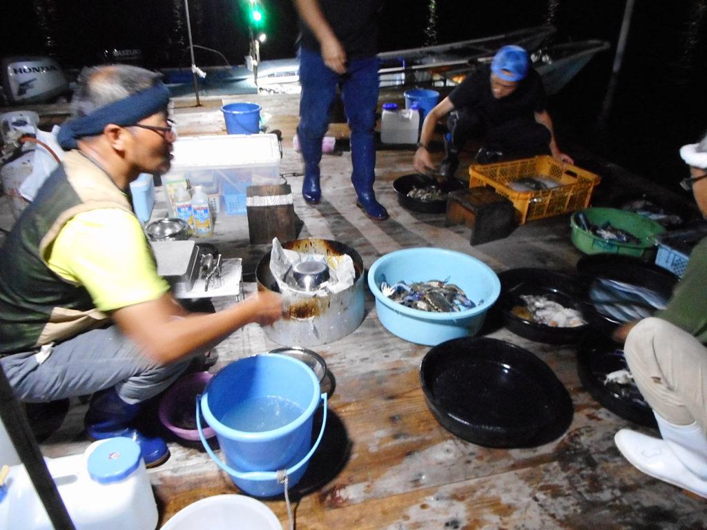 料理中の漁師