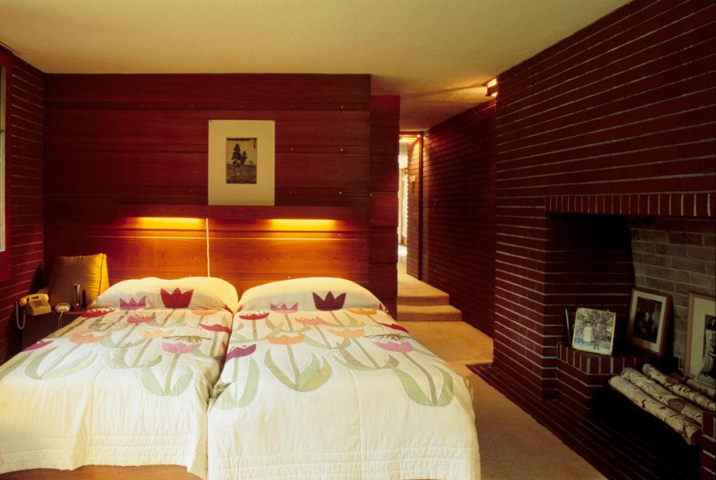 フランクロイドライト設計モスバーク邸のこじんまりした寝室
