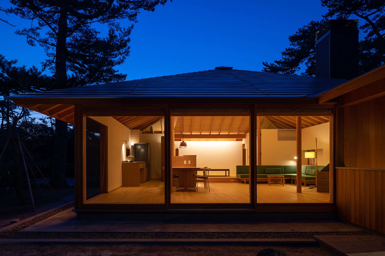 簡素な山小屋のような雰囲気の外観