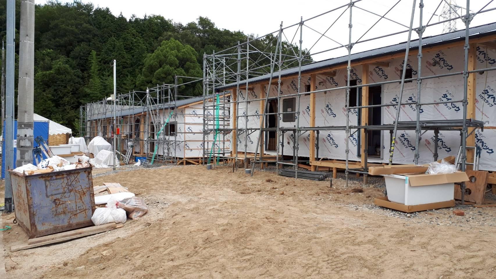 木造応急仮設住宅の外壁工事中