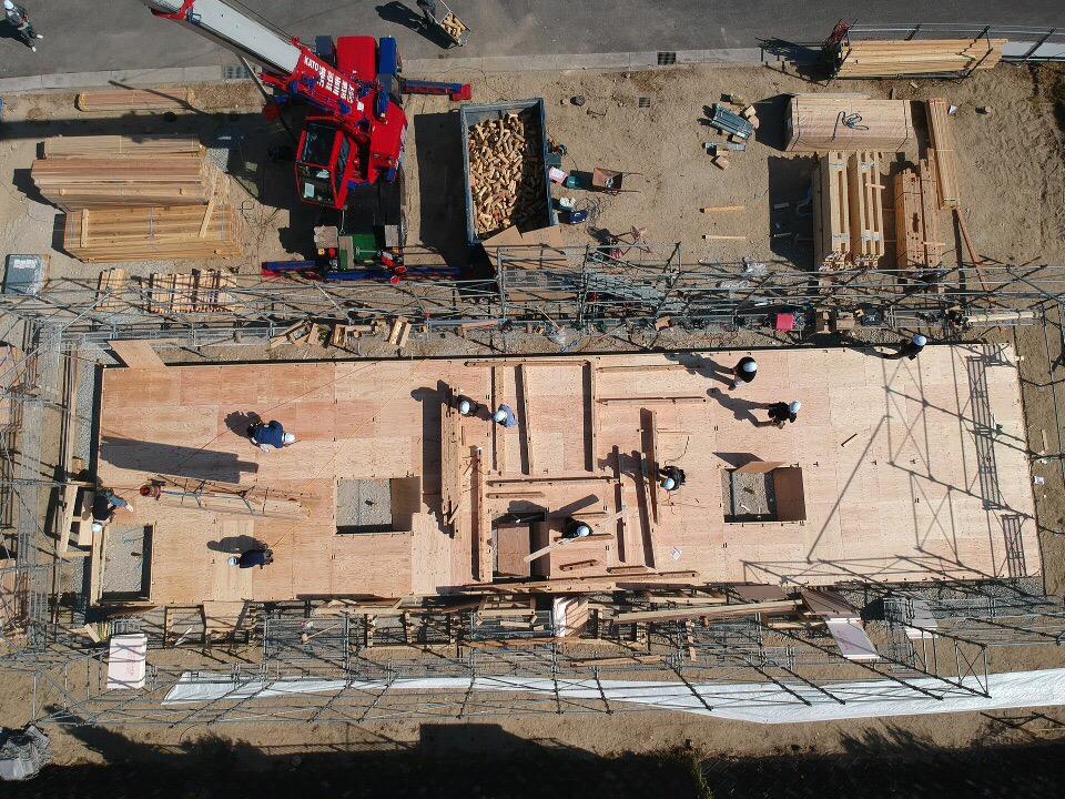 広島豪雨災害の木造の応急仮設住宅建築中の様子をドローンで撮影