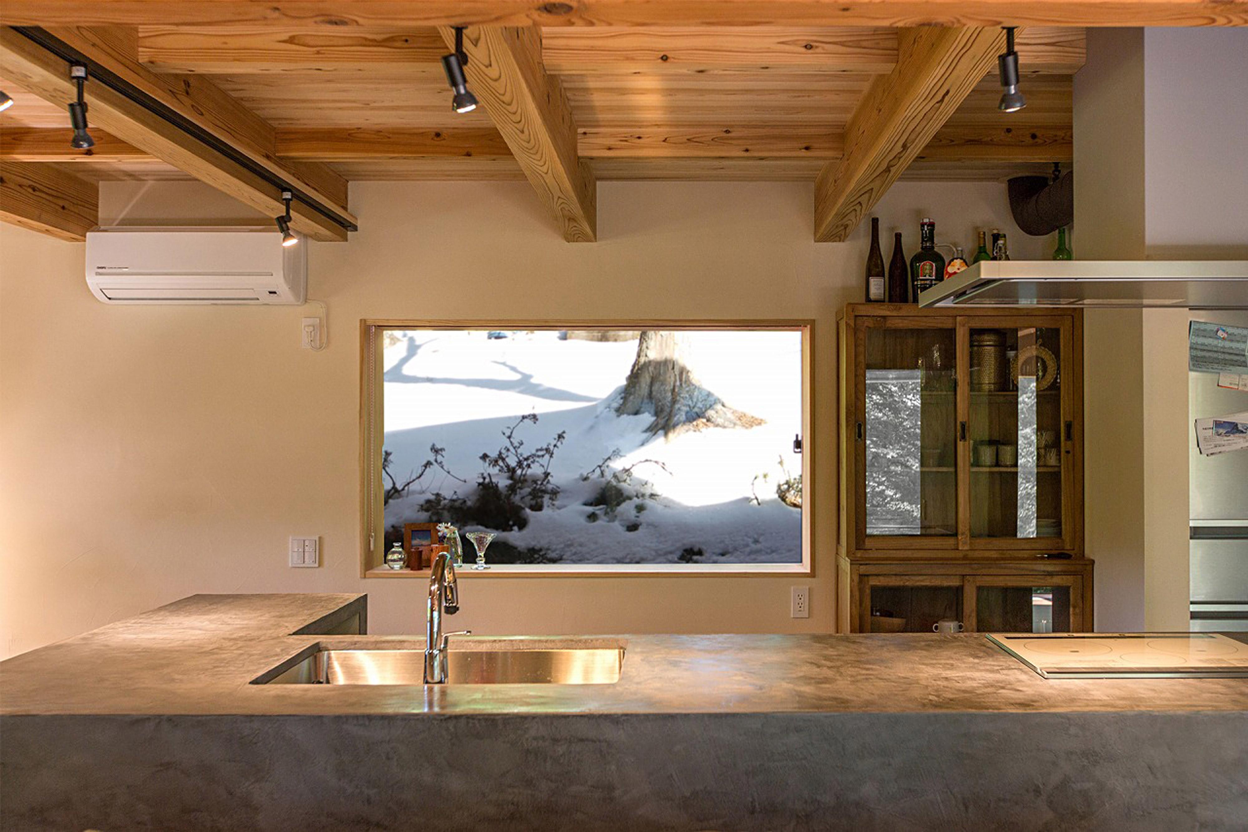雪景色が見えるキッチンの窓