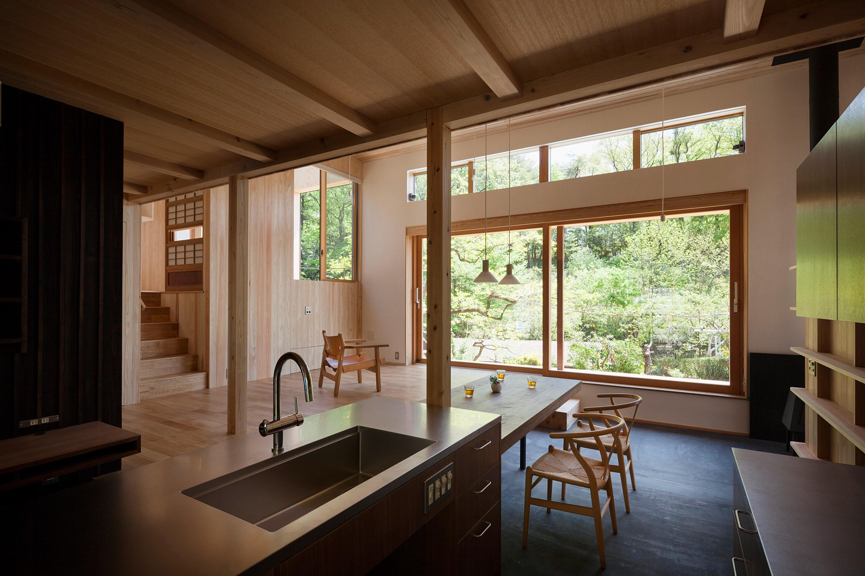 窓が広く空いたキッチン