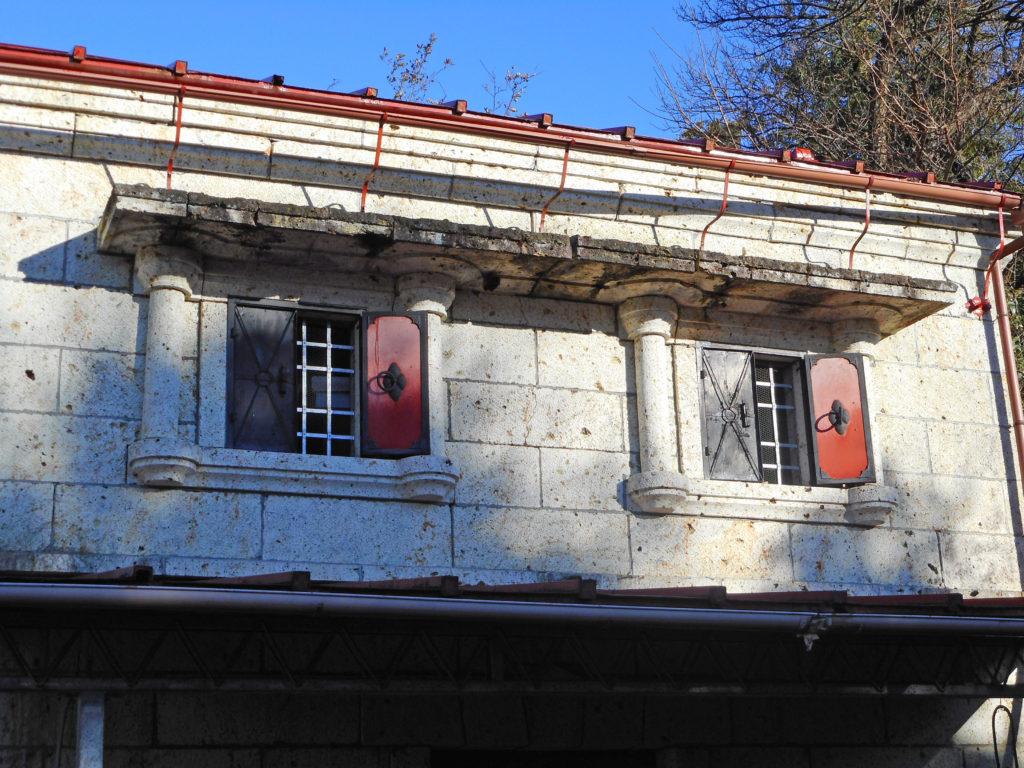 窓のディティールが美しい大谷石の石蔵