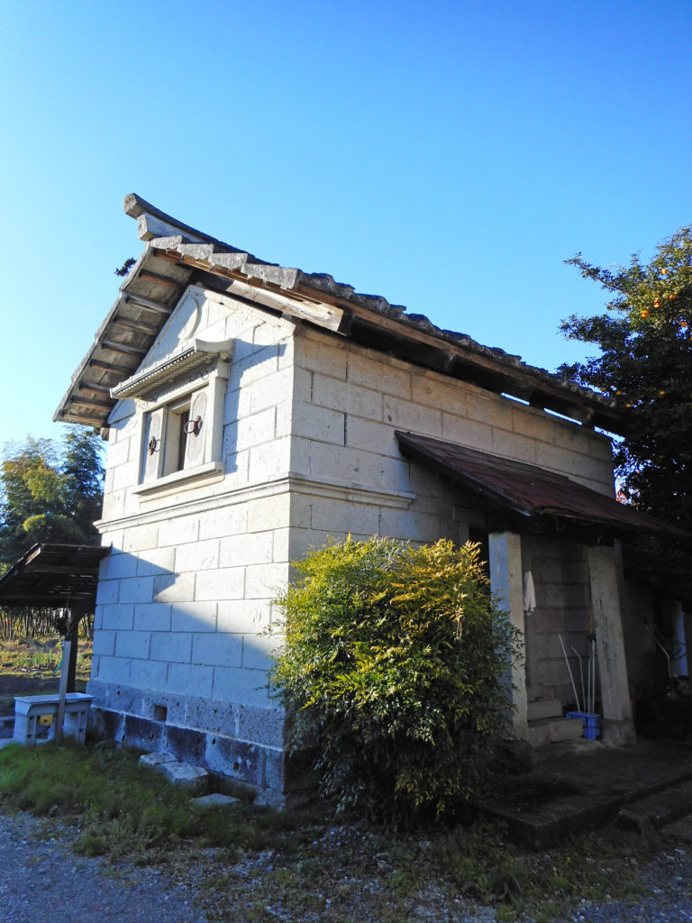 徳次郎石の石蔵外観