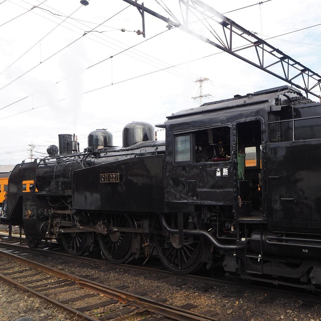新金谷駅を出発する蒸気機関車