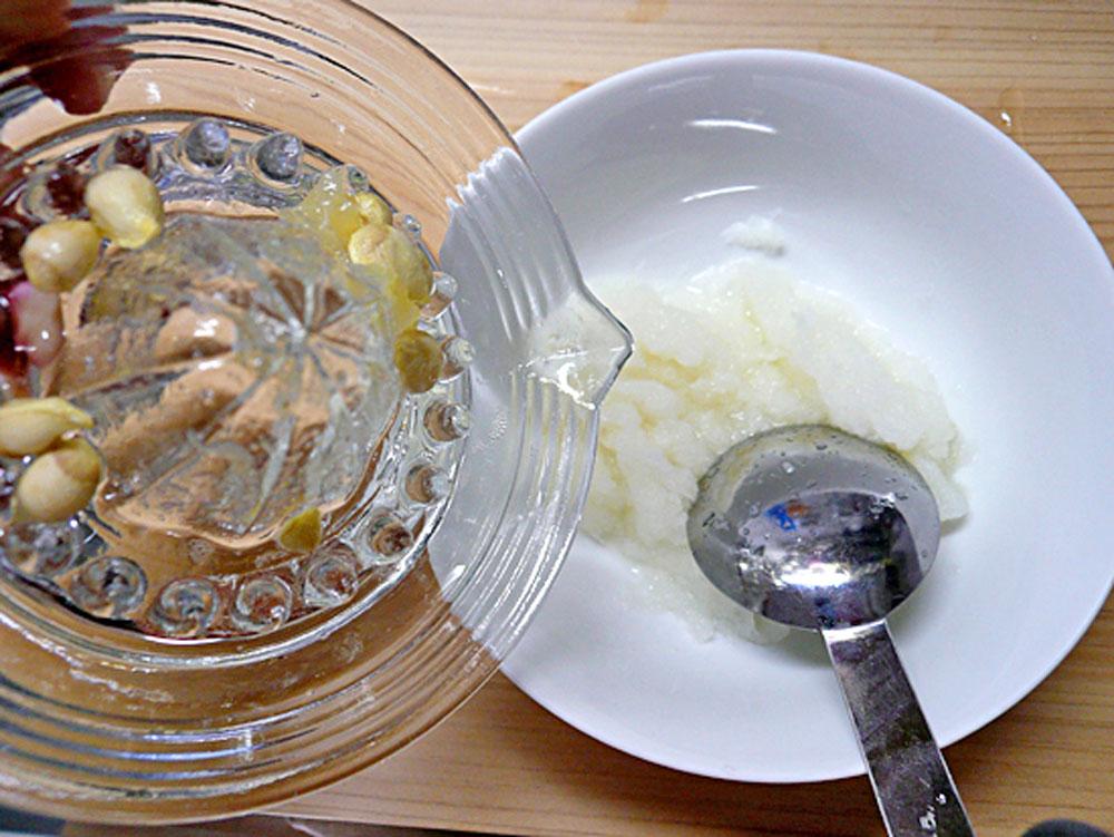 大根をおろし、汁気を軽く切り、柚子の絞り汁を混ぜます