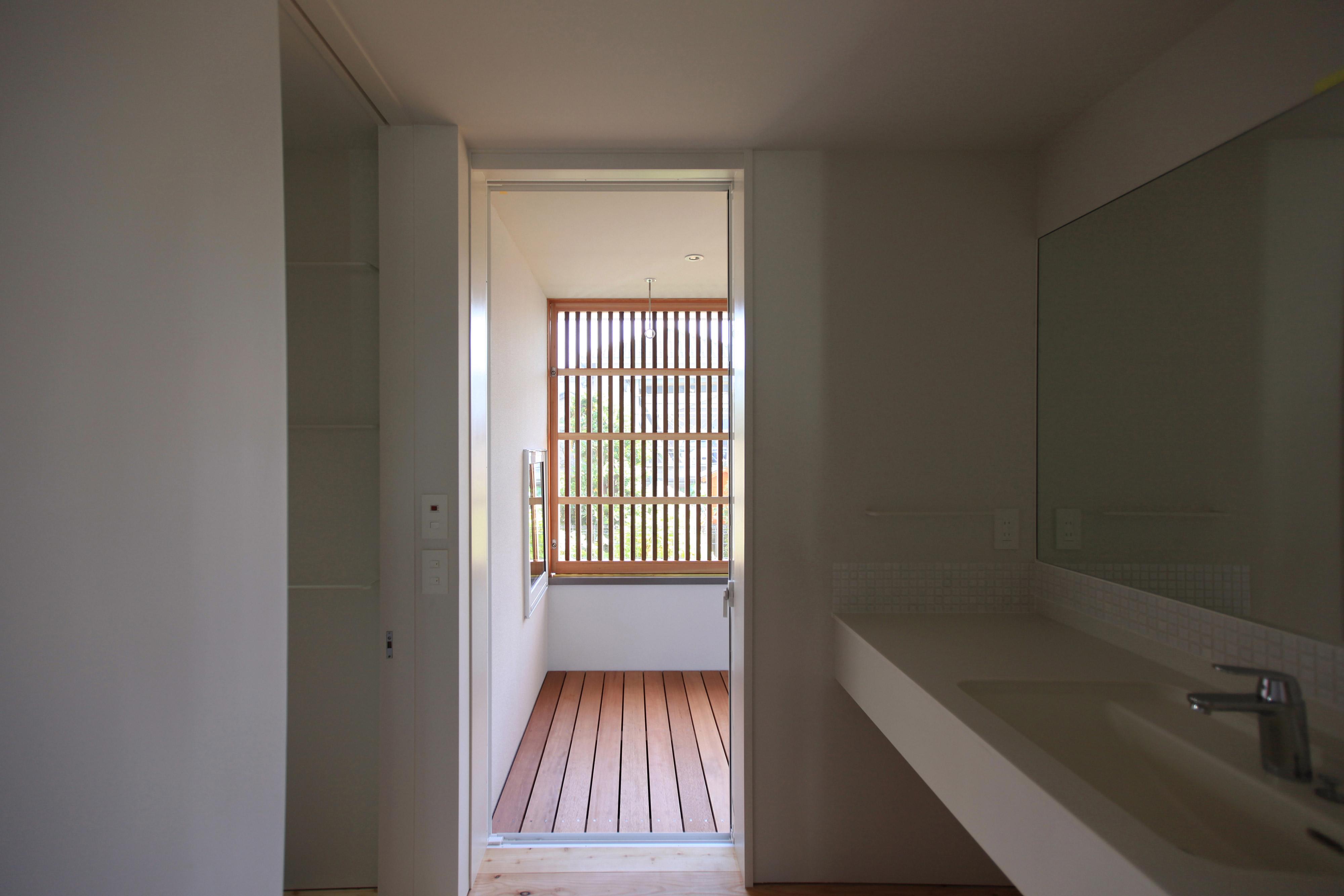 洗面所から物干し場への家事動線が便利な洗面所
