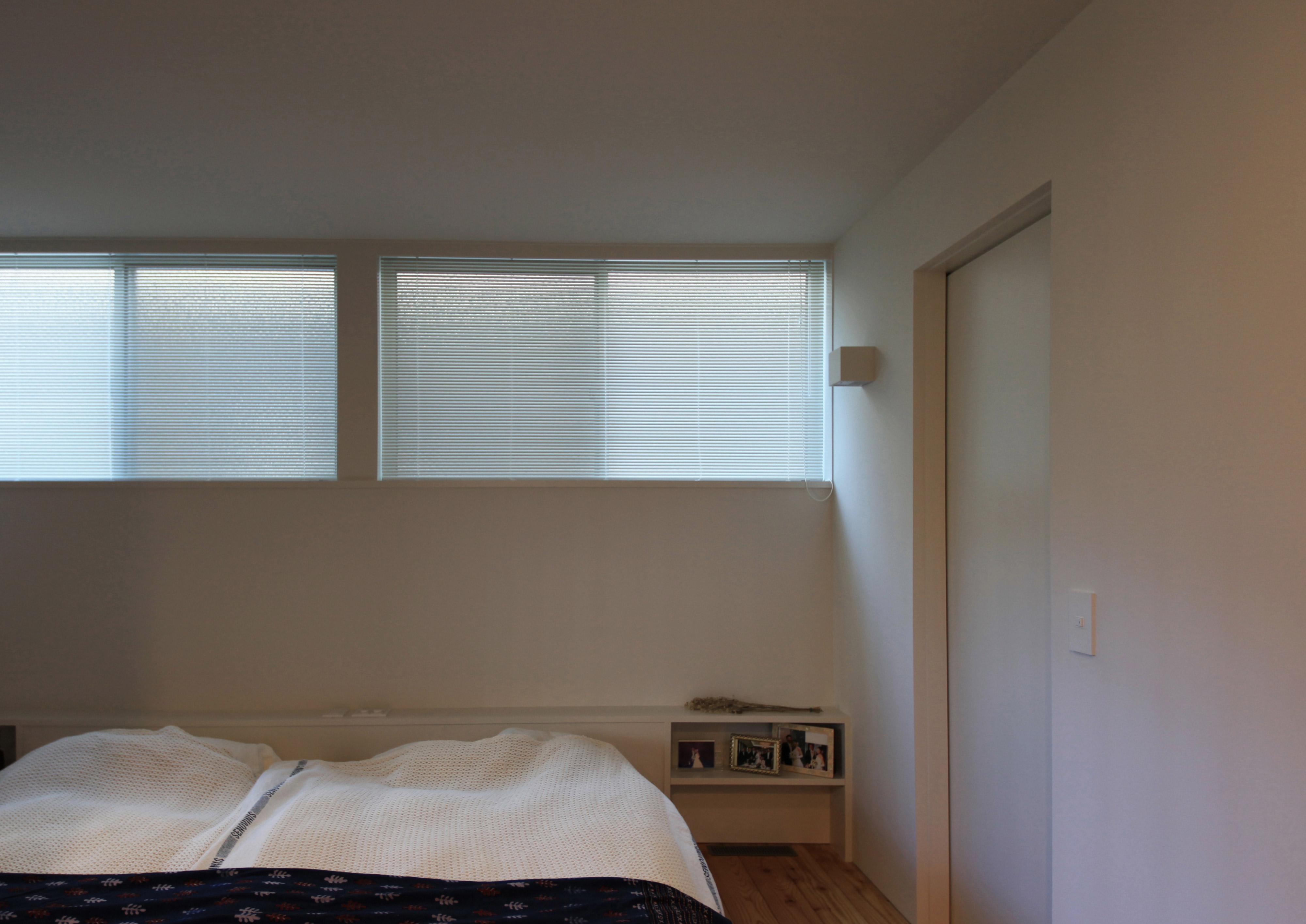 水回りとも動線が良い白く明るい寝室