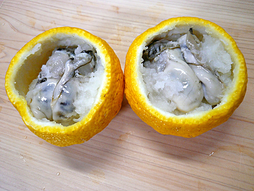 柚子釜にの大根おろしと牡蠣を合わせて入れます
