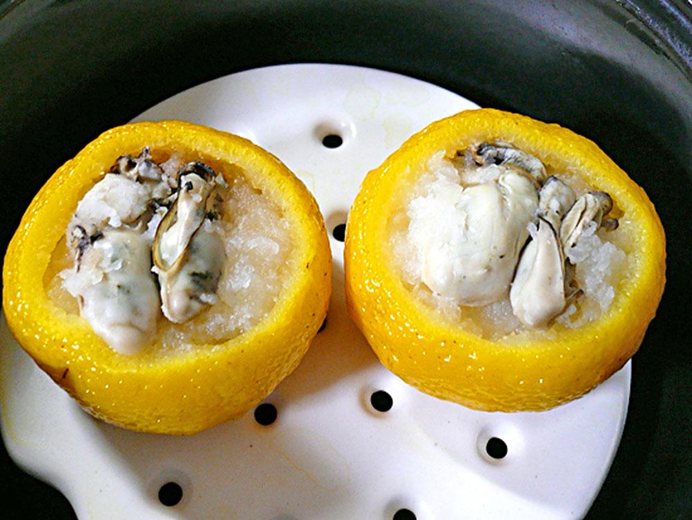 牡蠣の柚子釜を蒸す