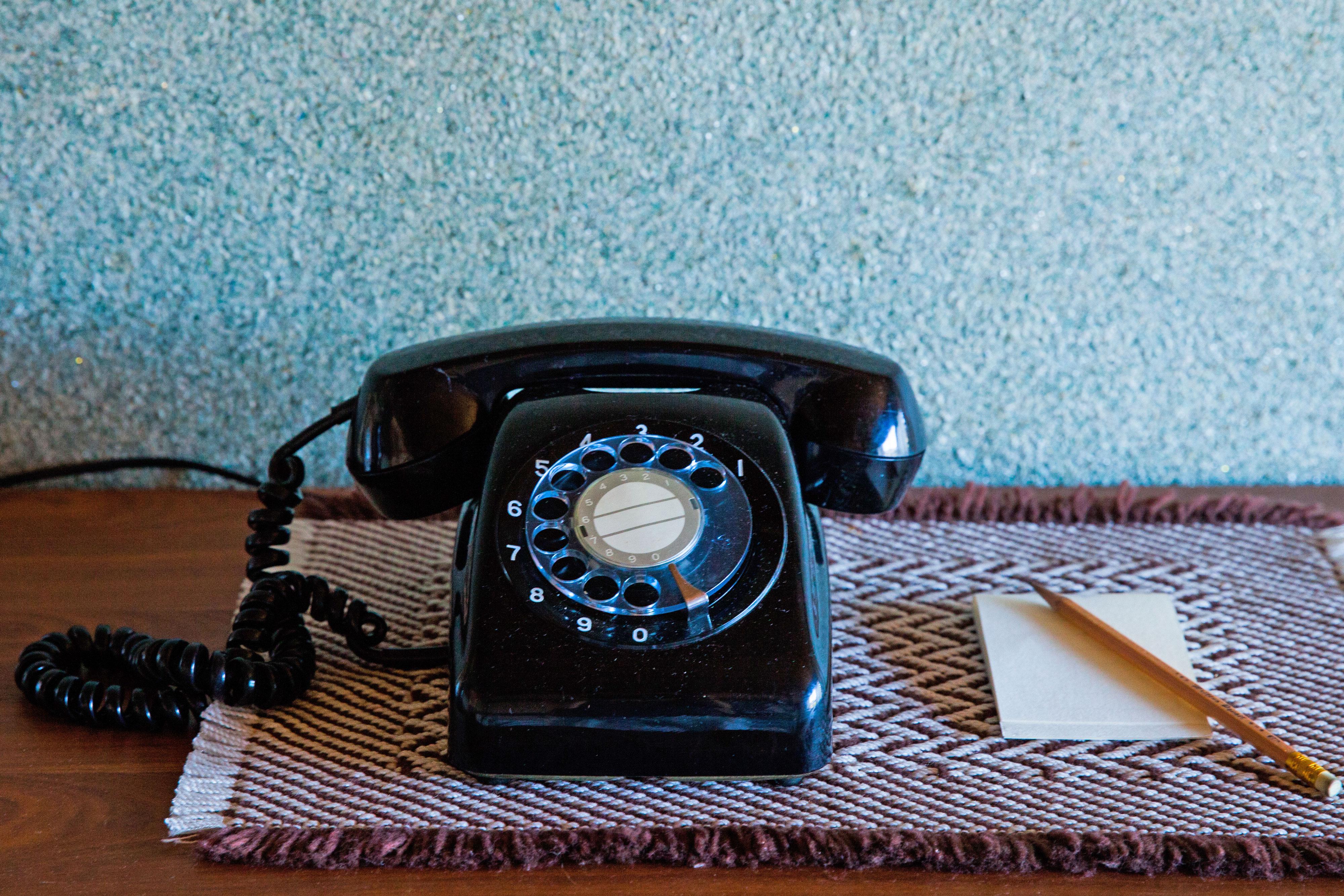 黒電話とメモ帳と鉛筆