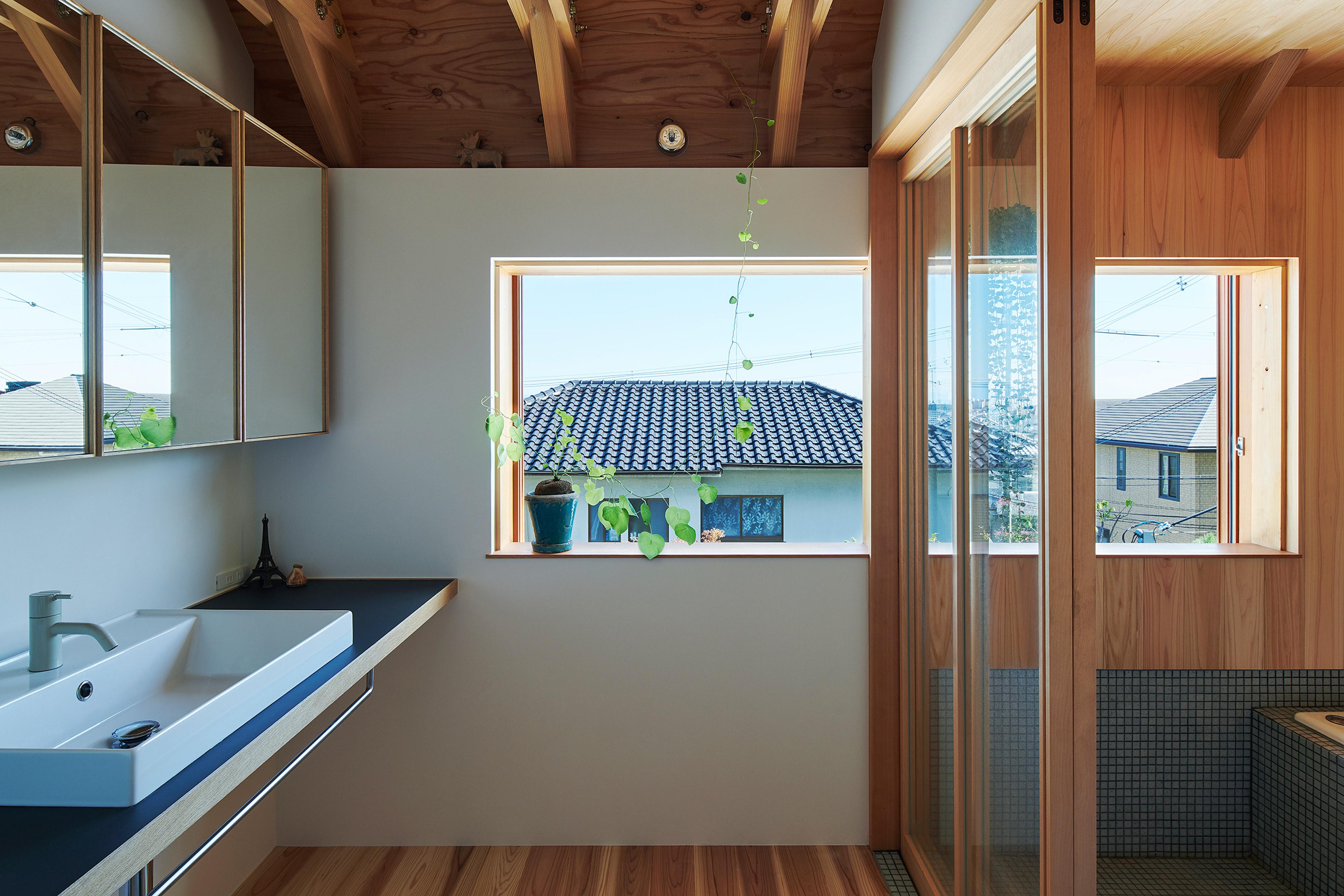 横長の窓が開放的な2階の洗面所