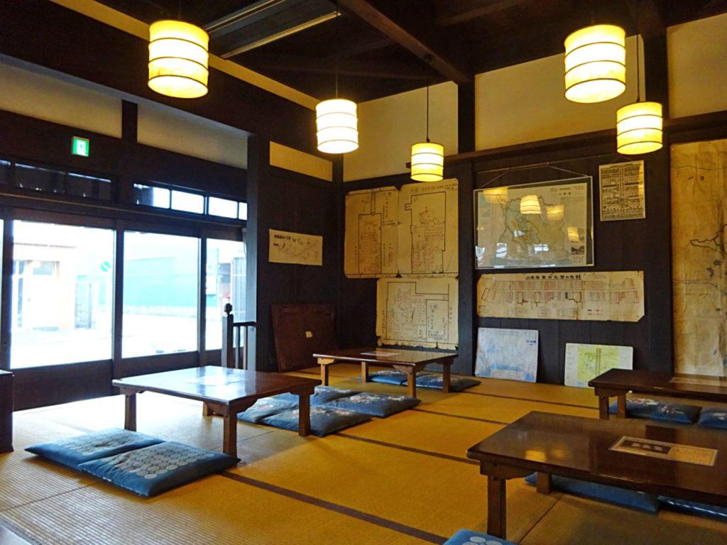 小田原なりわい交流館の中テーブルと座布団が並ぶ