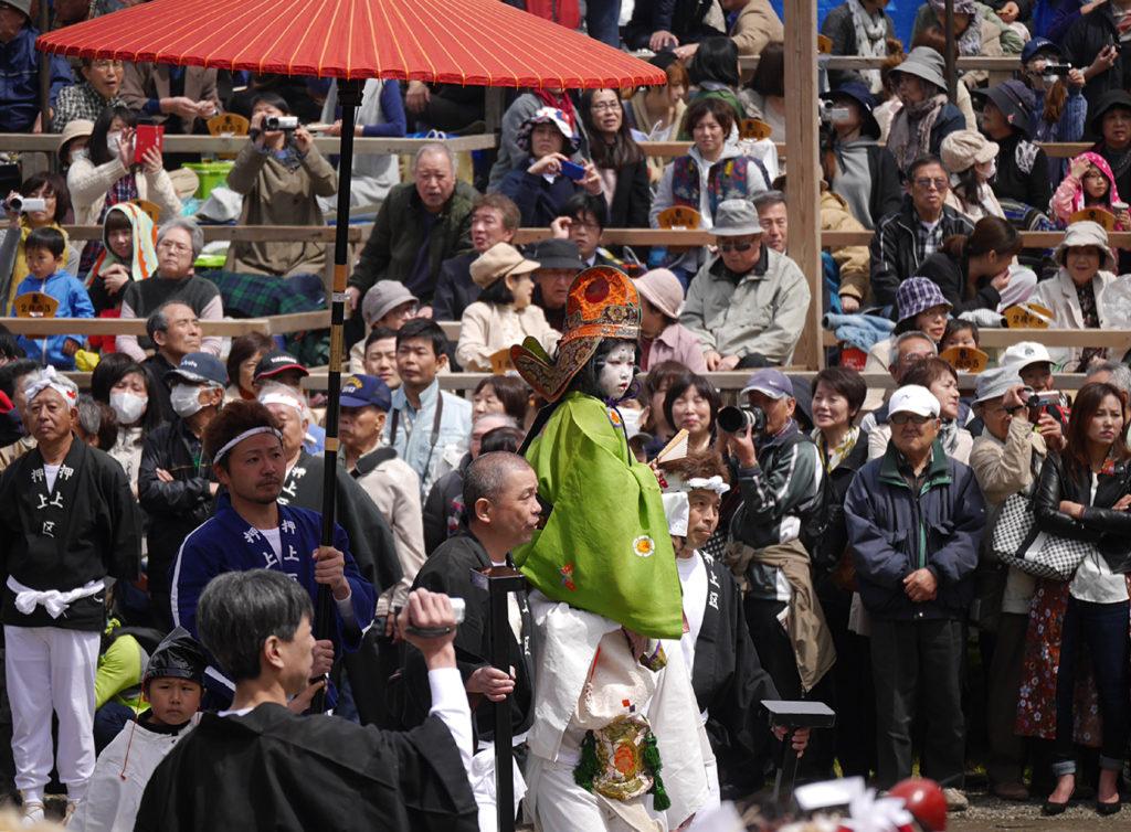 天津神社の春大祭で肩車に乗るお稚児さんのお練り