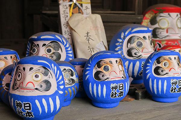 日本神社の青い達磨