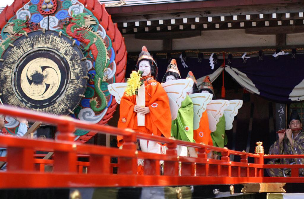 天津神社のお稚児さんの舞楽奉納