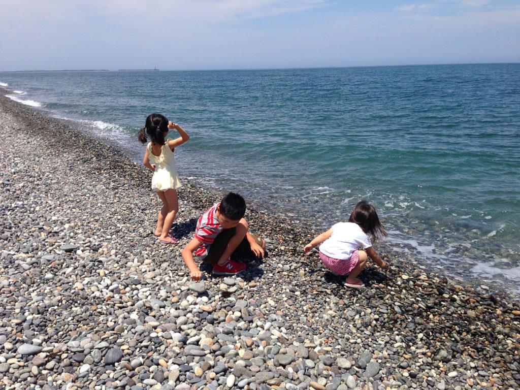 糸魚川の海岸でヒスイの原石探し
