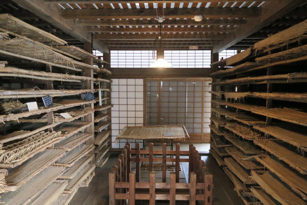 競進社模範蚕室のお蚕様の棚