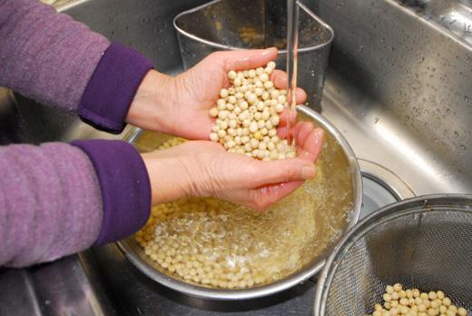 大豆を洗う