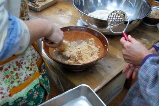 すりこぎやポテトマッシャーで大豆を潰す