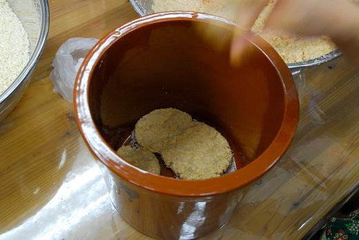 味噌玉を作り、カメに勢いよく投げ入れる