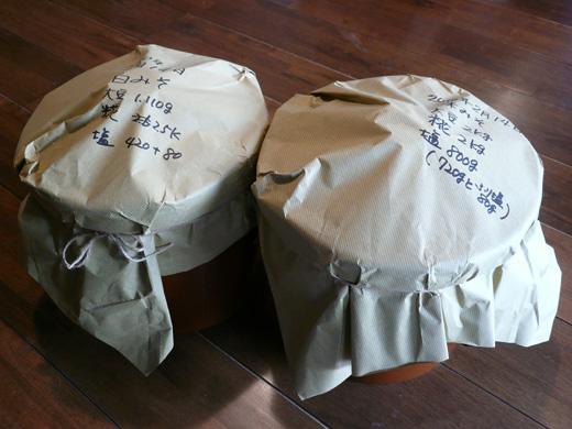 ほこりにならないように紙をかぶせひもでしばり涼しいところに保管している味噌