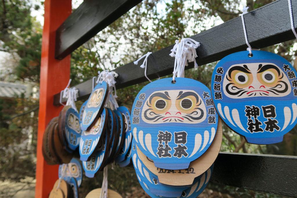 日本神社の必勝祈願の青い達磨の絵馬