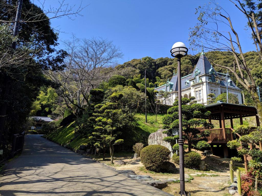 萬翠荘を坂の下から見たところ