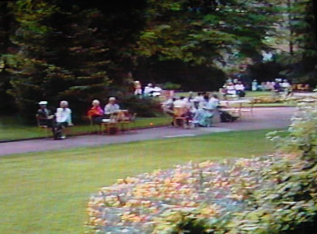 老人たちがくつろぐフランス中部の公園