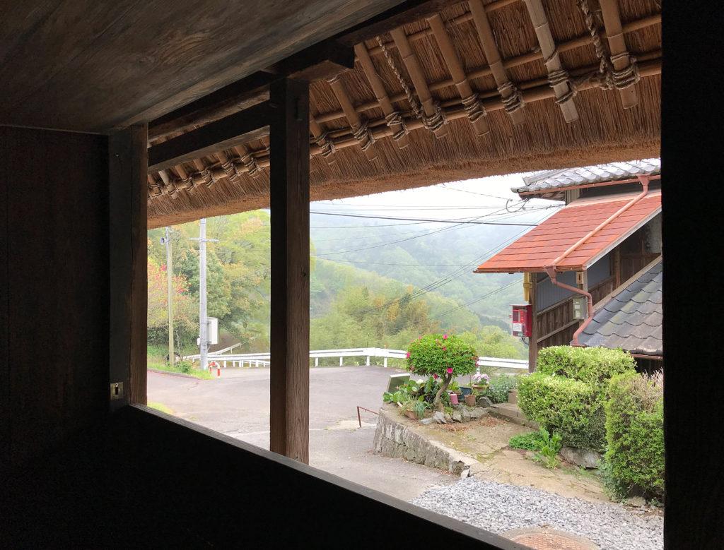 茅葺き屋根の軒天が見える後藤家住宅の窓辺