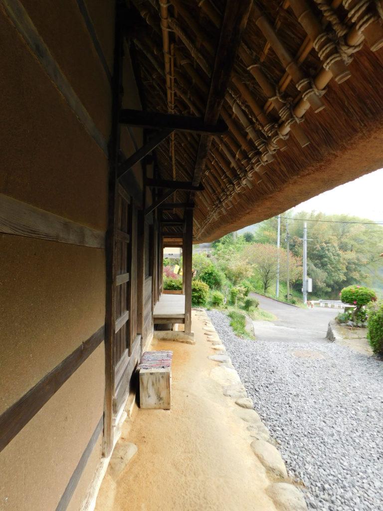国の重要文化財後藤家住宅の茅葺き屋根の軒下