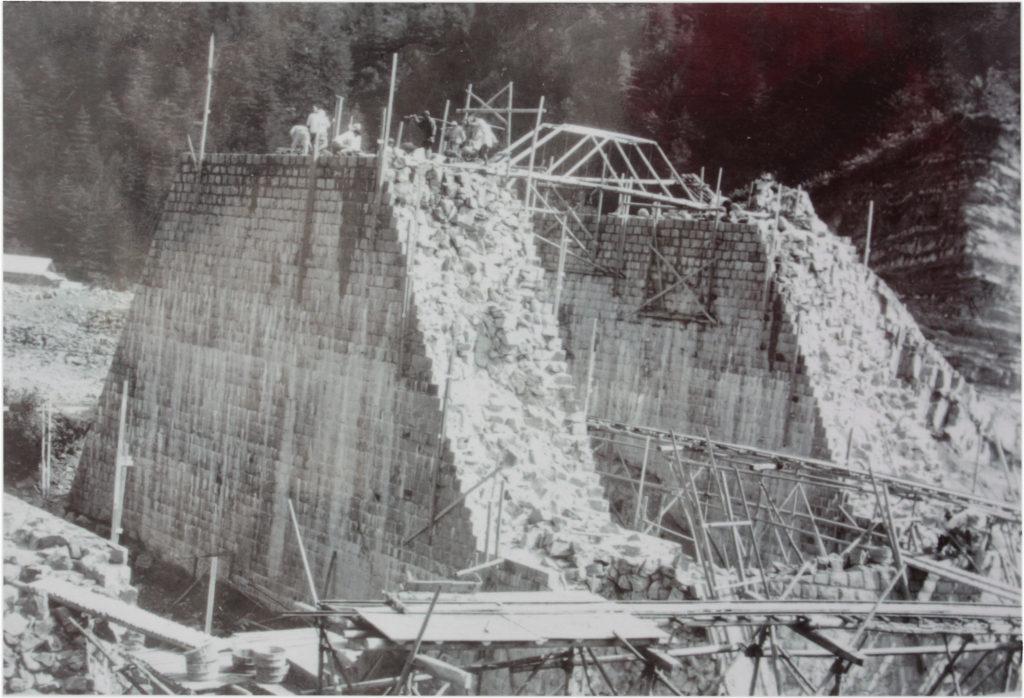 手作業でダムを建造中の当時の白黒写真