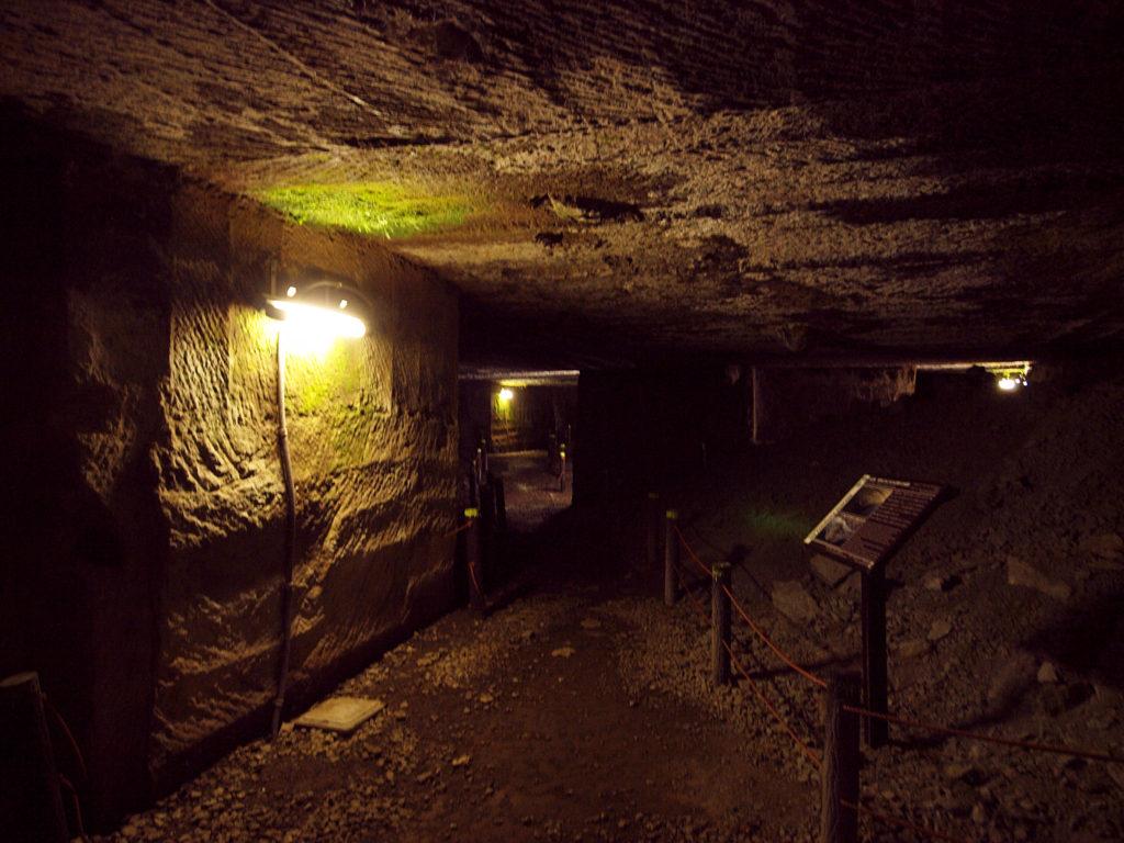 室岩洞内部